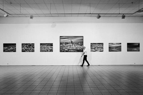 """Kaupo Kikkas oma """"Ansel"""" näitusel. Foto: Anna Lehespalu"""