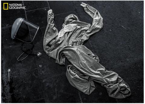Foto: kuvatõmmis. Covidi kaitseülikond, mille arst jättis maha kiirabiauto ja EMO vahel joostes vältimaks uut saastumist /Cédric Gerbehaye