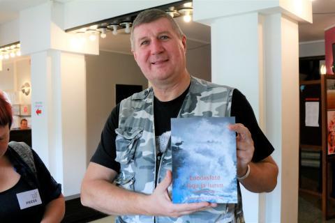 Urmas Tartes näitab oma uut fotograafia õpikut. Foto: Arvo Tarmula